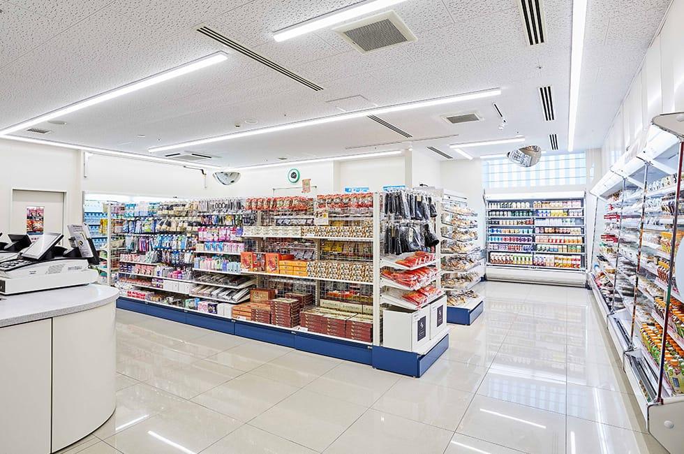 エミオン東京ベイの2階には深夜まで営業するコンビニがある